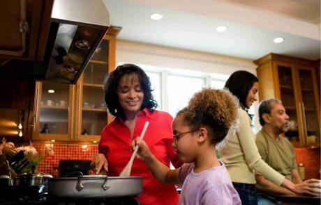 ארוחות המבושלות בבית נוטות להכיל רכיבים מזינים יותר לעומת ארוחות המוכנות מראש (ready to eat) – מחקר בקרב מגוון משפחות עם ילדים.