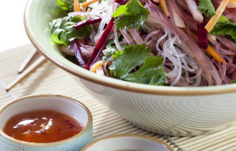 מתכונים לארוחות מזינות – סלט אטריות שעועית וירקות פריכים