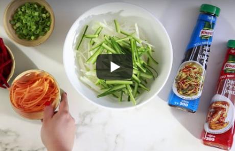 סלט אטריות שעועית וירקות פריכים ברוטב סויה ורוטב צ'ילי מתוק של קנור – סרטון טייסטי
